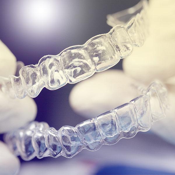 Behandlungsspektrum - Unsichtbare Zahnspange - Invisalign®, Clear Aligner® – die attraktive Alternative zur traditionellen Zahnspange